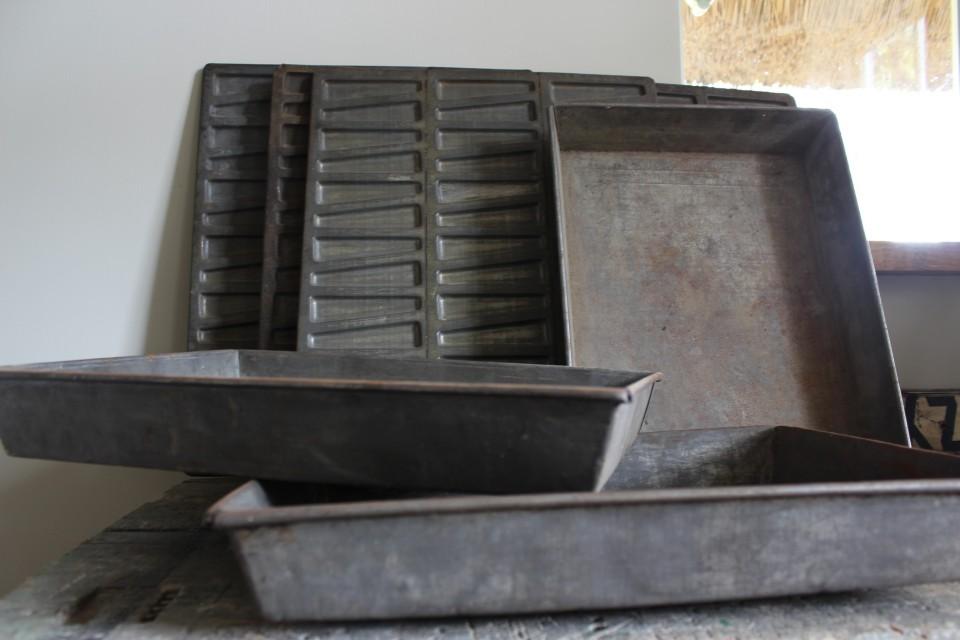 Oud metalen groot vierkant bakblik