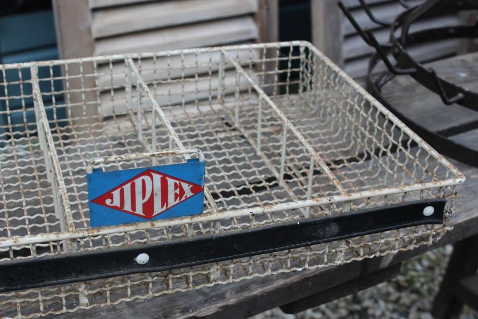 Oude Franse metalen reclame vakken bak
