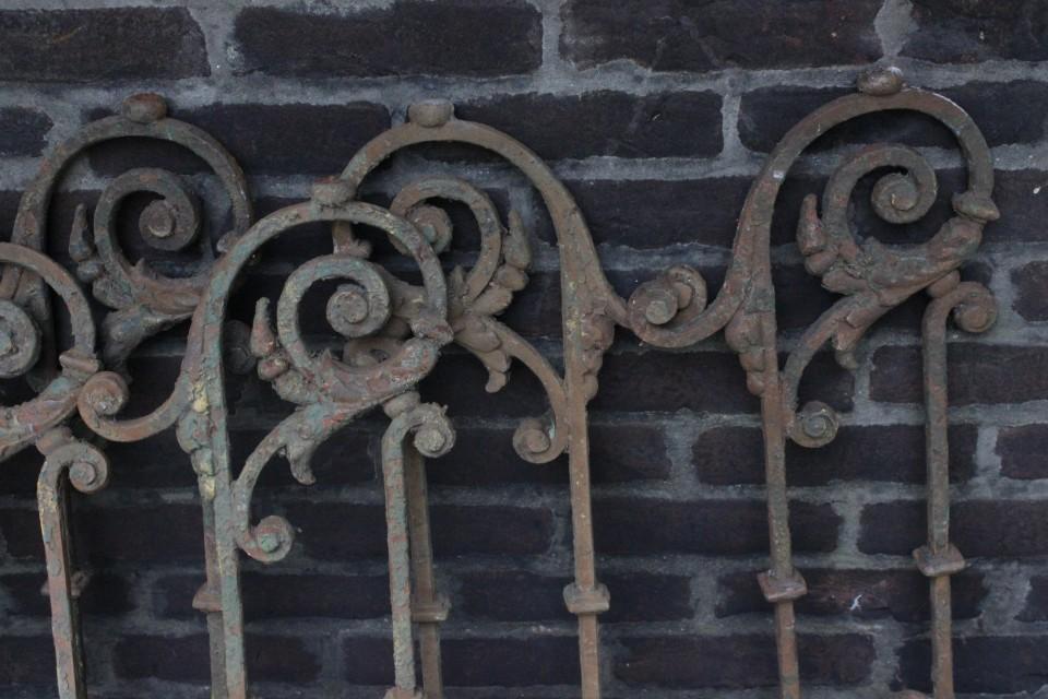 Oud origineel gietijzeren zwaar rooster