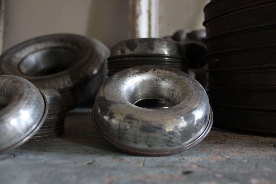 Oude metalen bakvorm ring middel