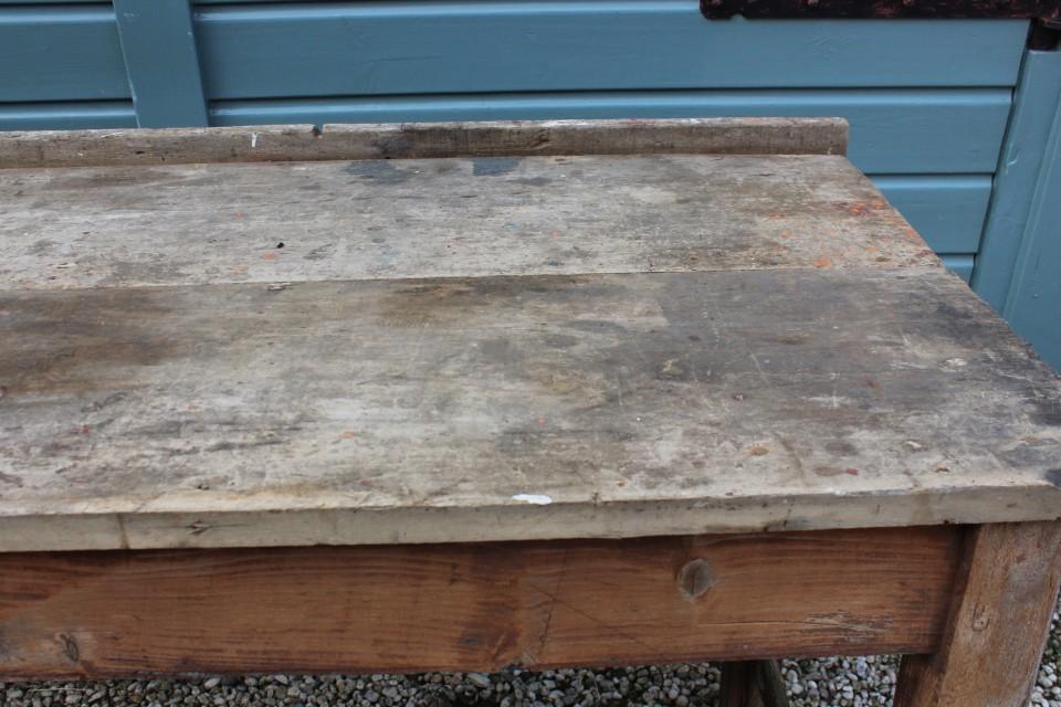 Oude robuuste houten tafel