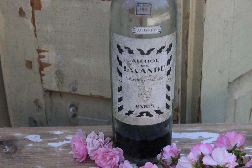 Oud glazen fles alcohol de Lavende