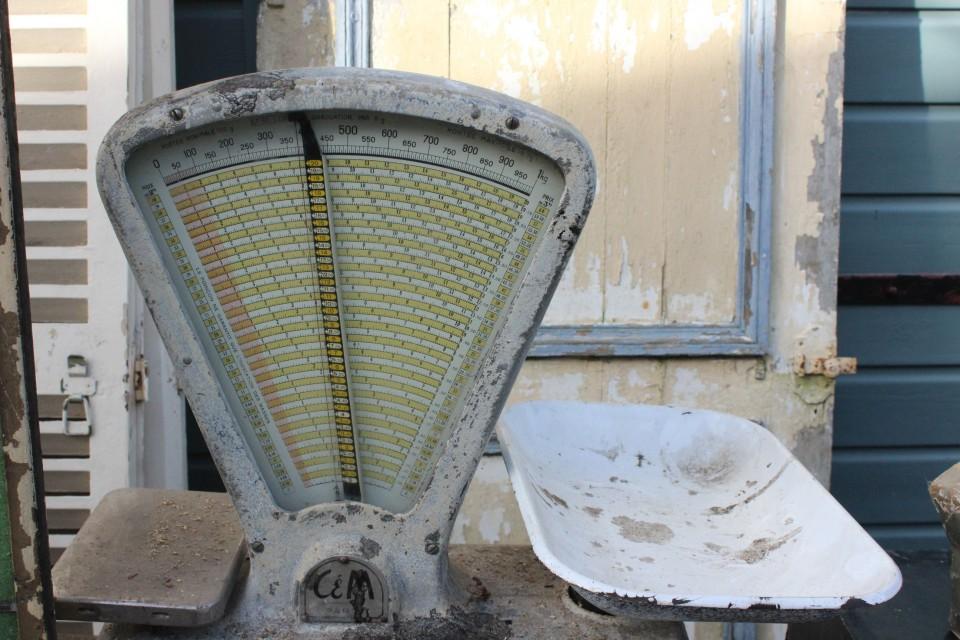 Oude Franse grote metalen weegschaal