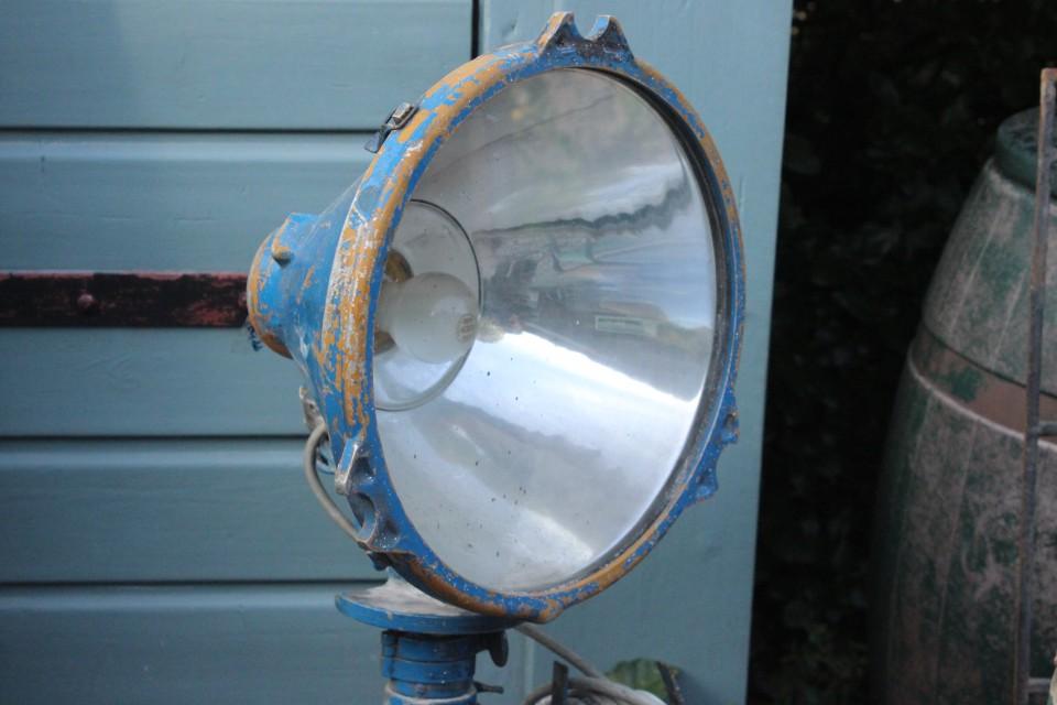 Oude Franse blauwe metalen scheepslamp op statief