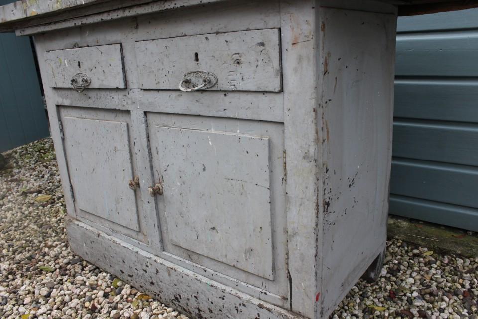 Oude houten grijsblauwe werkbank