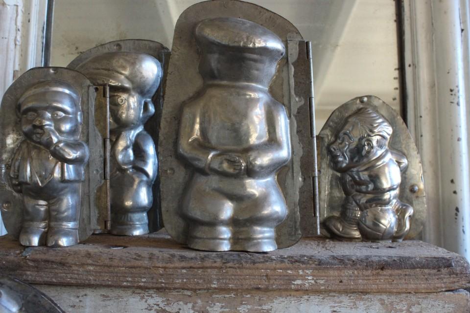 Oude metalen dubbele chocolademal jongen met pet groot