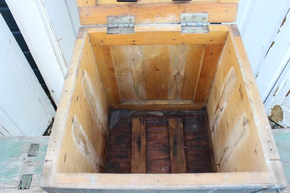Oude houten vierkante blauwe kist