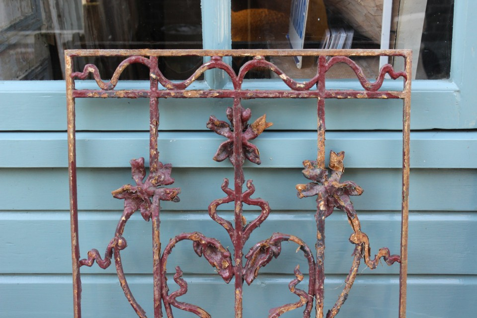Oud gietijzeren paars rooster