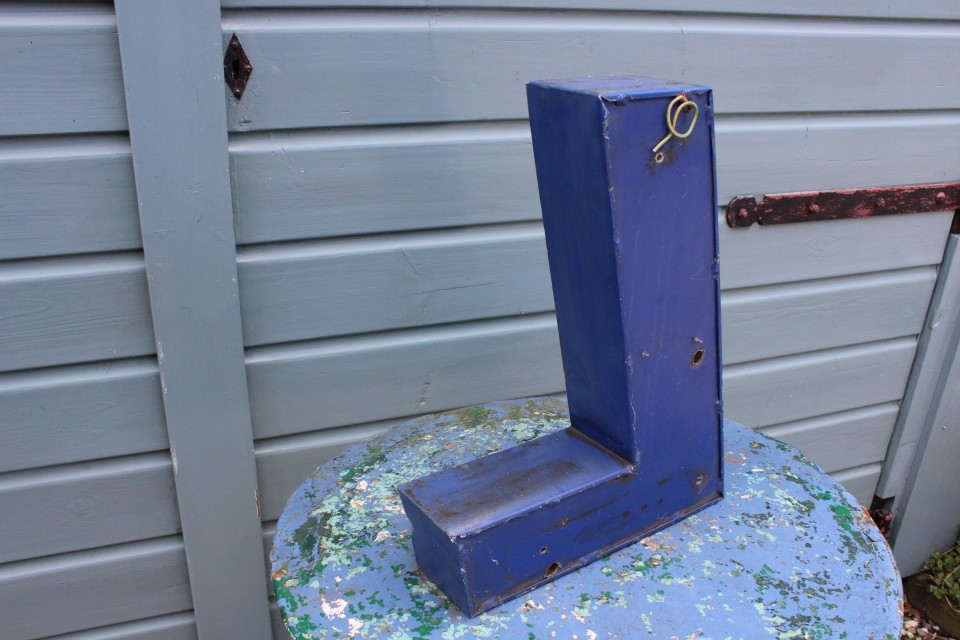 Oude metalen blauwe grote letter L