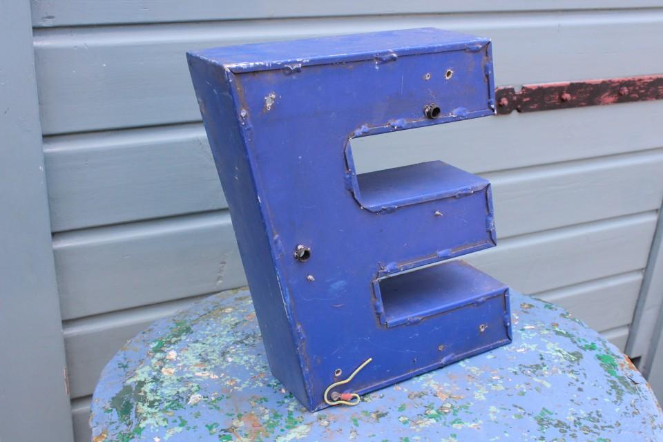Oude metalen blauwe kleine letter E