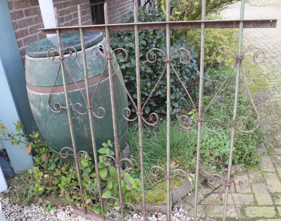 Oud gietijzeren roestbruin groen hek GERESERVEERD