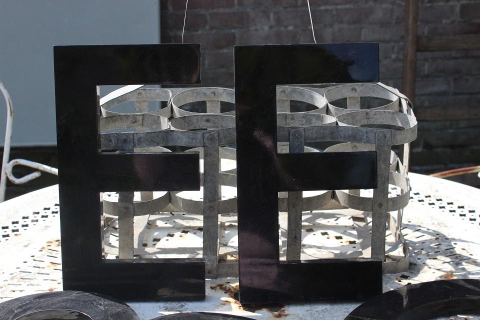 Oude zwarte metalen letter E