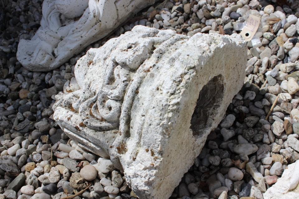 Oud betonnen beeld dames hoofd 2