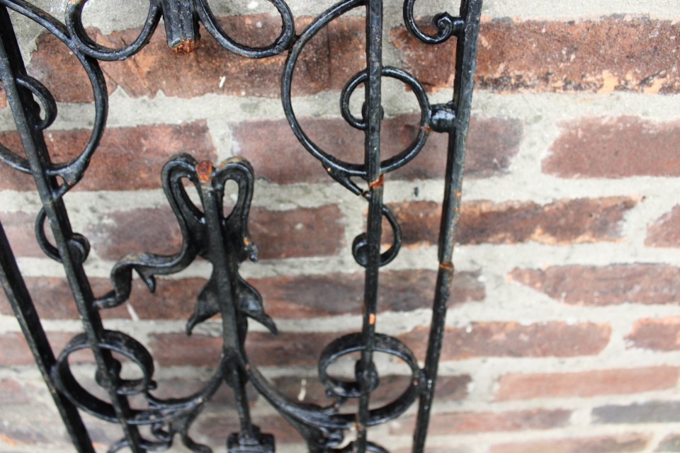 Oud gietijzeren zwart Frans rooster 90 cm H