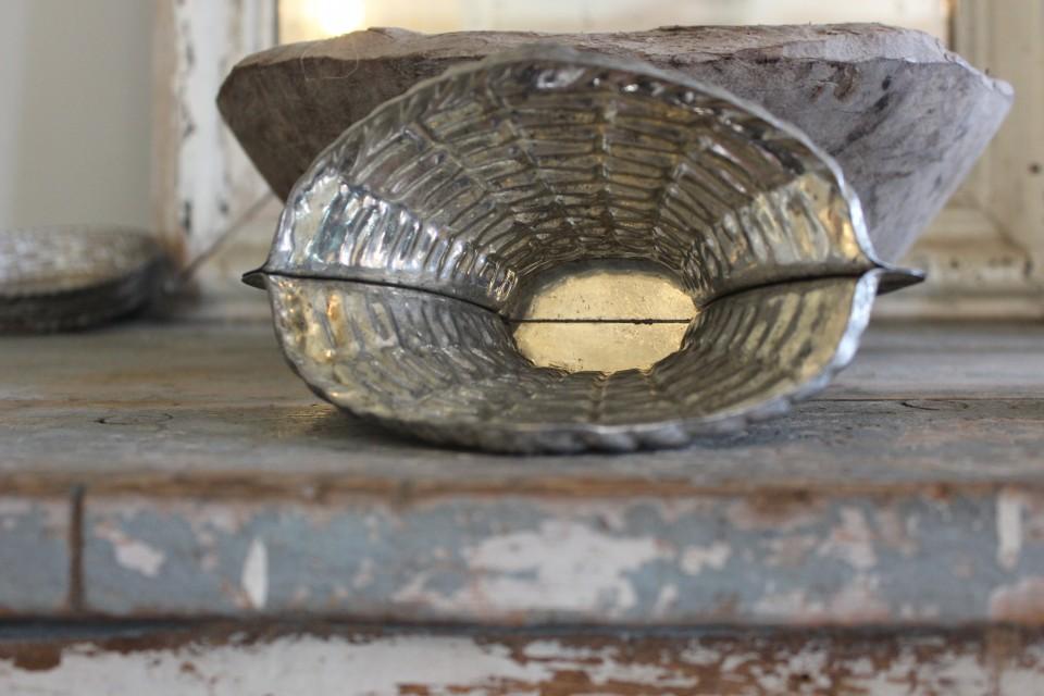 Oude metalen chocolade mal mand op voet