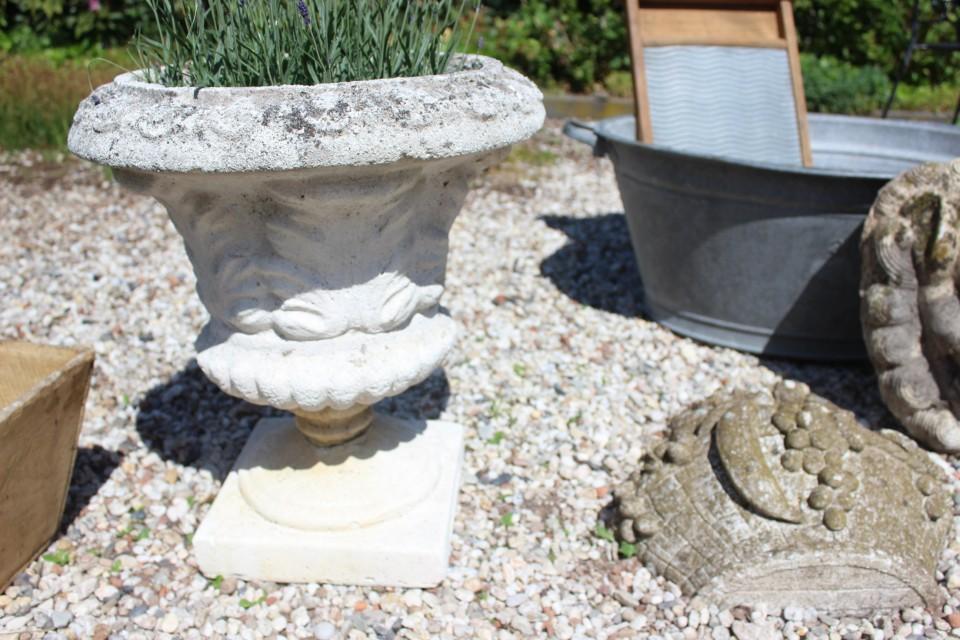 Oude ronde betonnen tuinvaas 50 cm H
