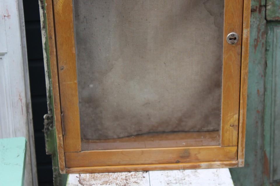 Oud houten vitrinekastje