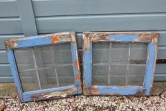 Oud houten blauw glas in lood raam