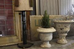 Antieke betonnnen ronde tuinvaas
