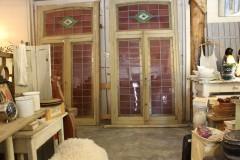 Oud groot glas in lood raam met houten post