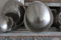 Oud metalen half paasei chocolademal neutraal H22 cm
