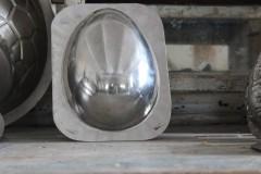 Oud metalen half paasei chocolademal neutraal H17,5 cm