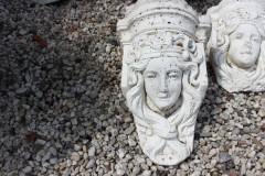 Oud betonnen beeld dames hoofd 3