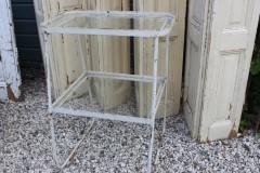Oude metalen tafel met glazen blad