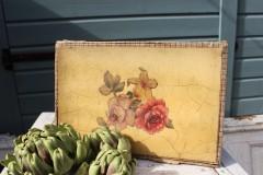 Oude kartonnen briefpapier doos met rozen