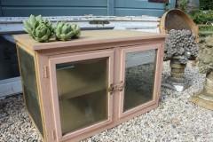 Oude houten roze vliegenkast