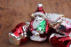 Oude kerstman kerstbal rood zilver groen
