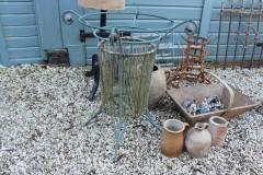 Oude blauwe metalen korf