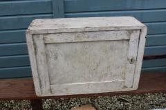 Oud houten creme kastje