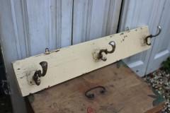 Oud houten regaal met oude haken
