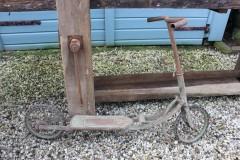 Oude metalen step