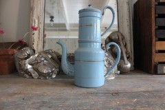 Oude emaille blauwe koffiepot