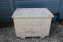 Brocante witte houten kist