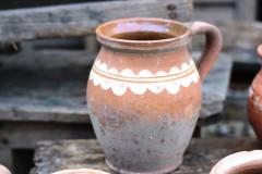 Brocante aardewerk kruikje witte kronkel