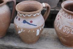 Brocante aardewerk kruikje wit blauw rode versiering